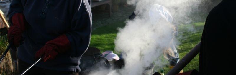 Het rookt een beetje uit de raku ton